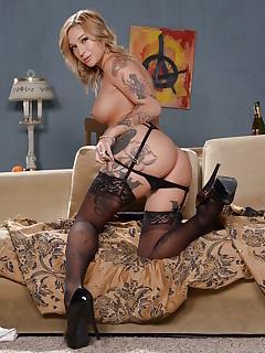 Tattoed MILF Porn Pics