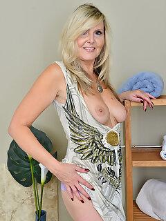 Mature MILF Porn Pics