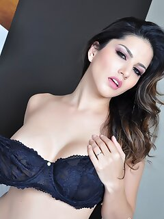 Elegant MILF Porn Pics